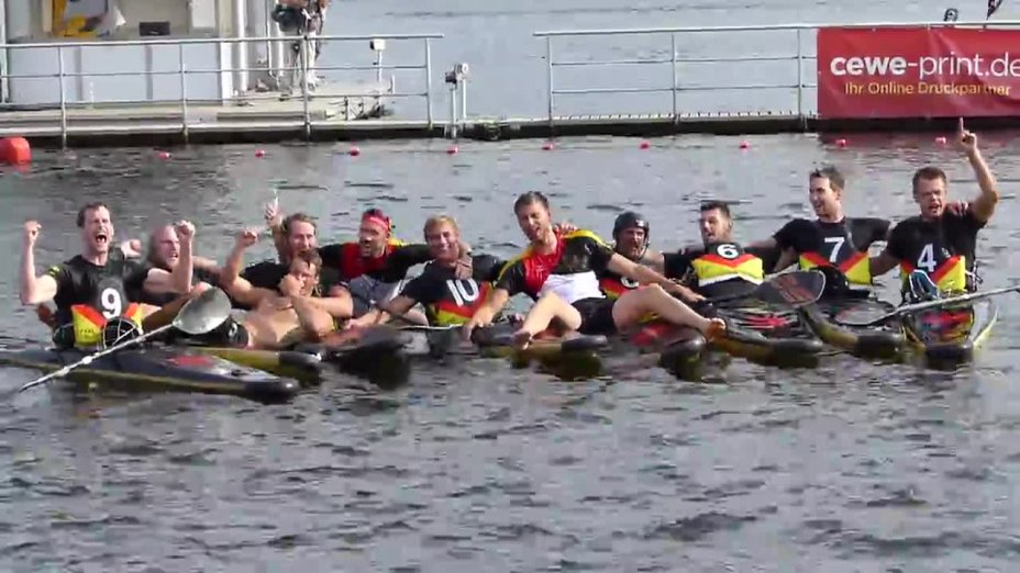 Die deutschen Kanu-Polo Herren feiern ihren Europameisterschaftstitel